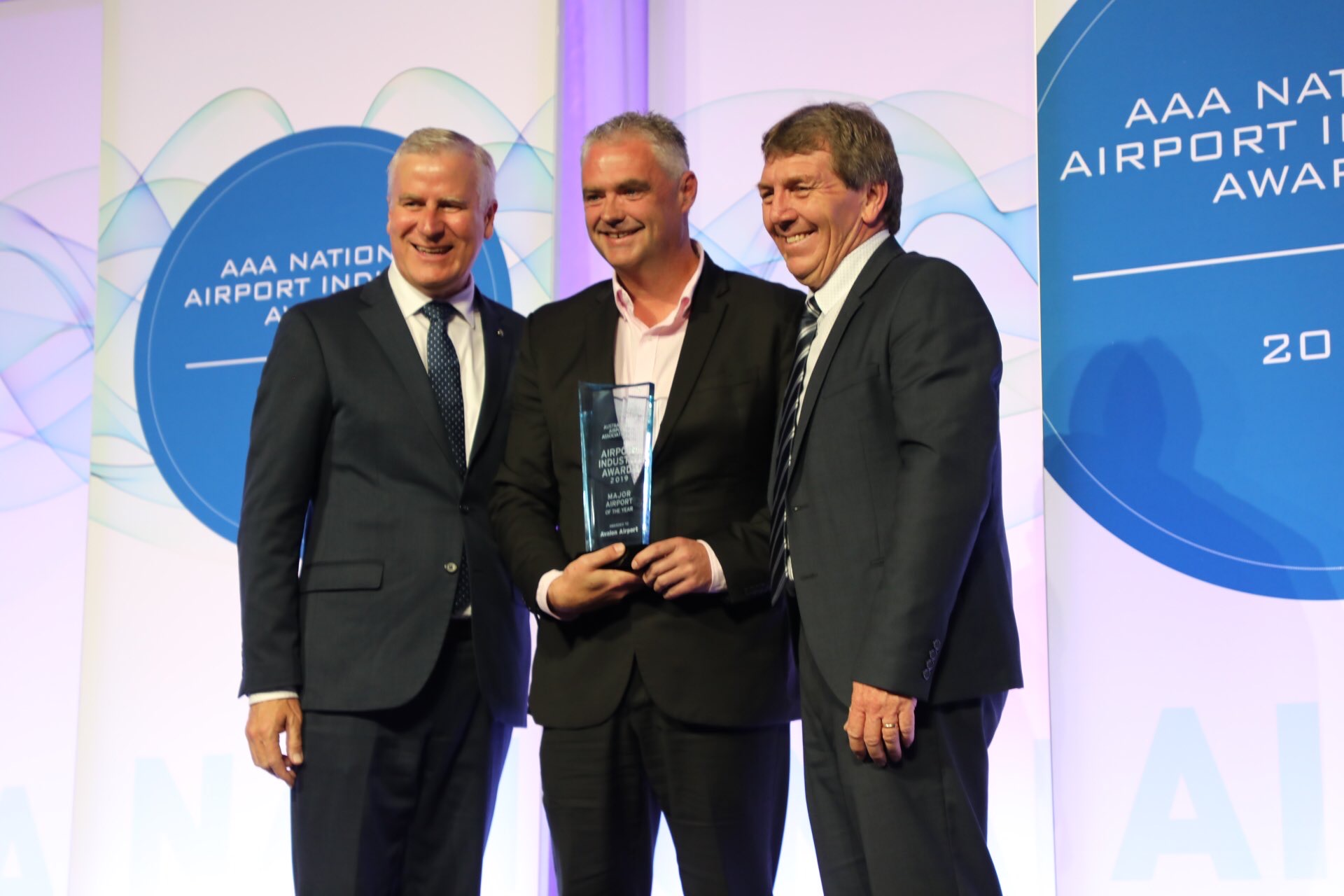 Justin Giddings accepts Major Airport of the Year Award